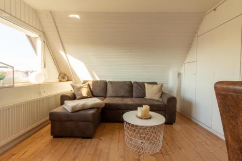 Wonzimmer mit gemütlichem Sofa